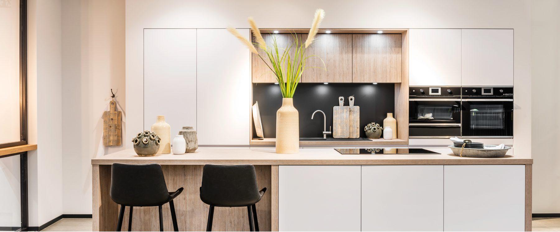 witte keuken met houten kastfronten