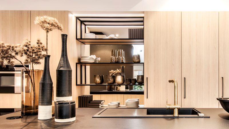 zwarte keuken met houten accenten