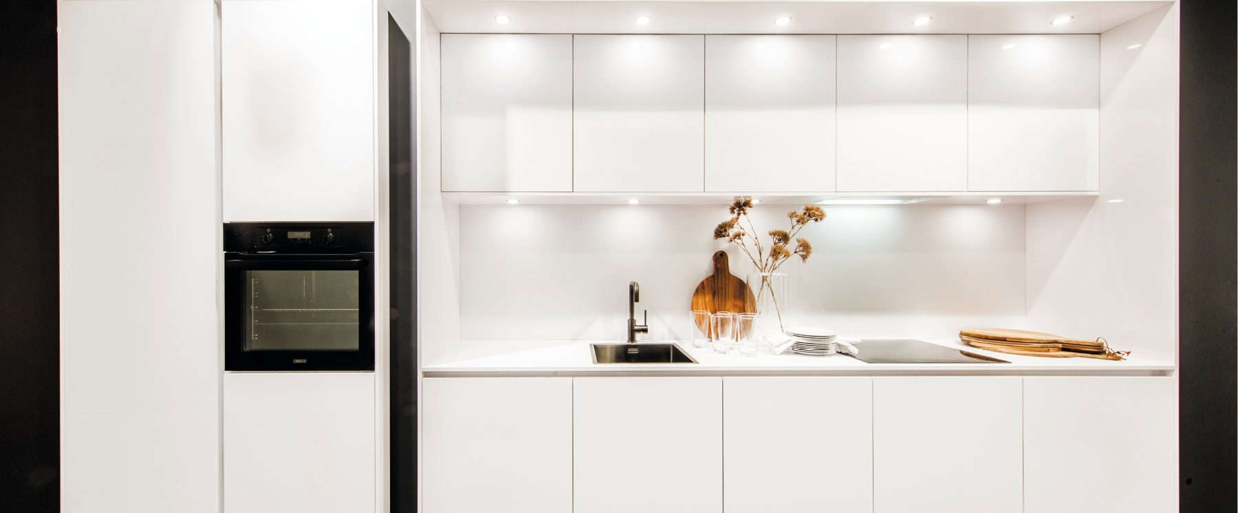 Moderne, witte wandkeuken
