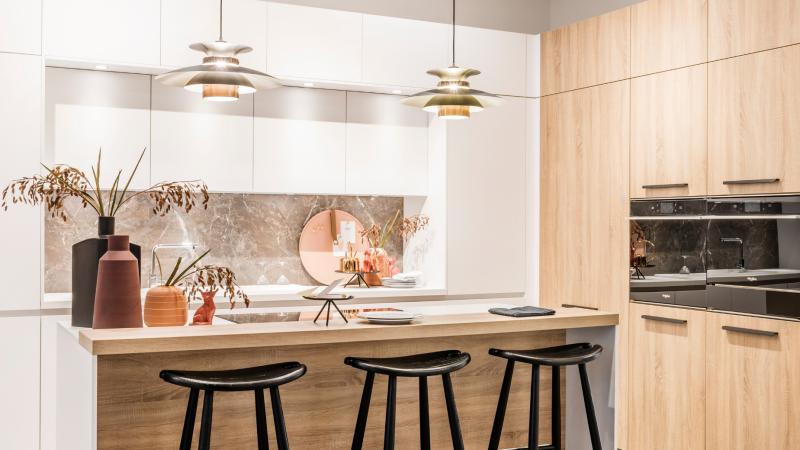 Scandinavische matwitte keuken met houten kolomkasten
