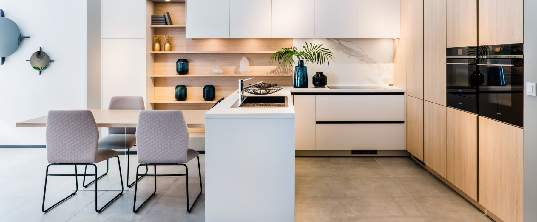 Moderne witte keuken met marmer en hout