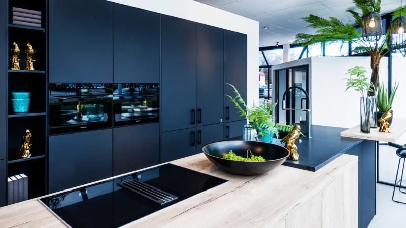 Zwarte moderne keuken met hout
