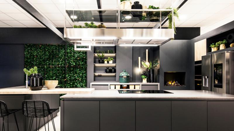 Zwarte keuken met een écht outdoorgevoel