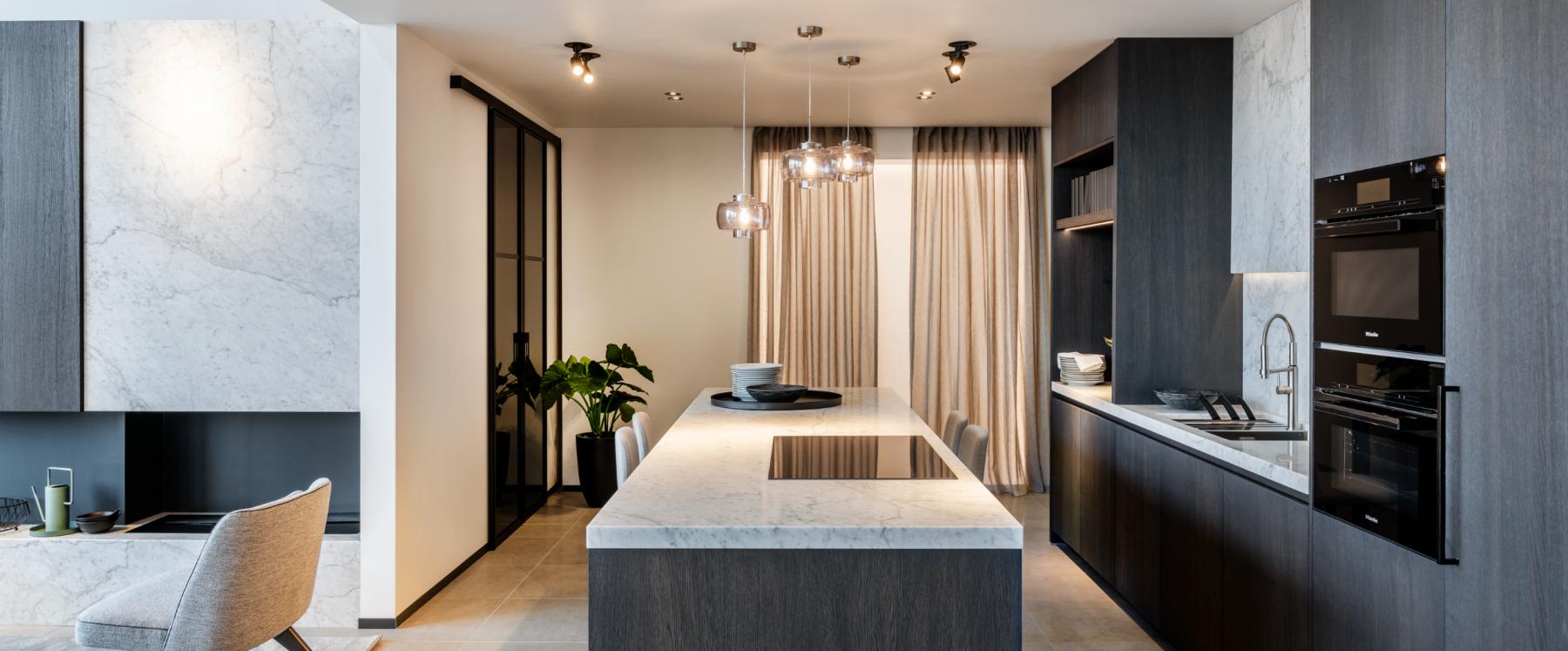 Open keuken met wit marmeren keukenblad