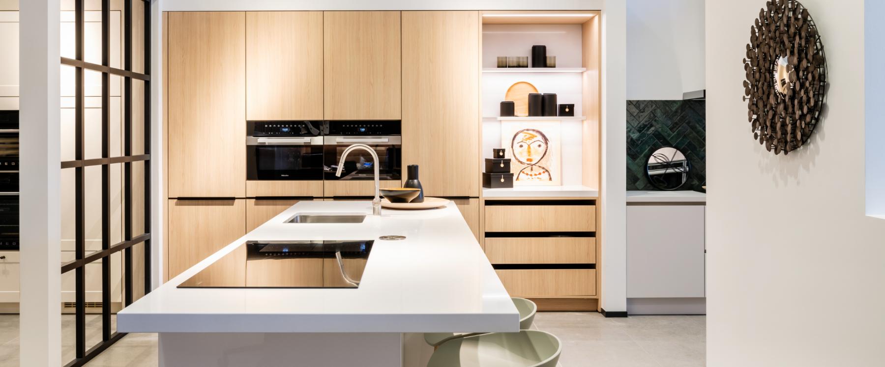 Scandinavische, witte keuken met hout