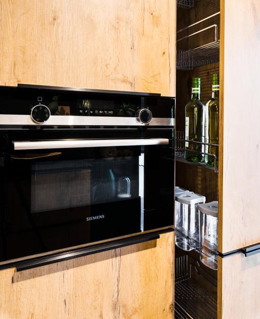 Luxueuze oven van Siemens en apothekerskastindeling