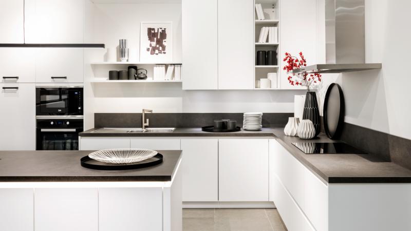 Moderne, witte L-keuken met keukeneiland