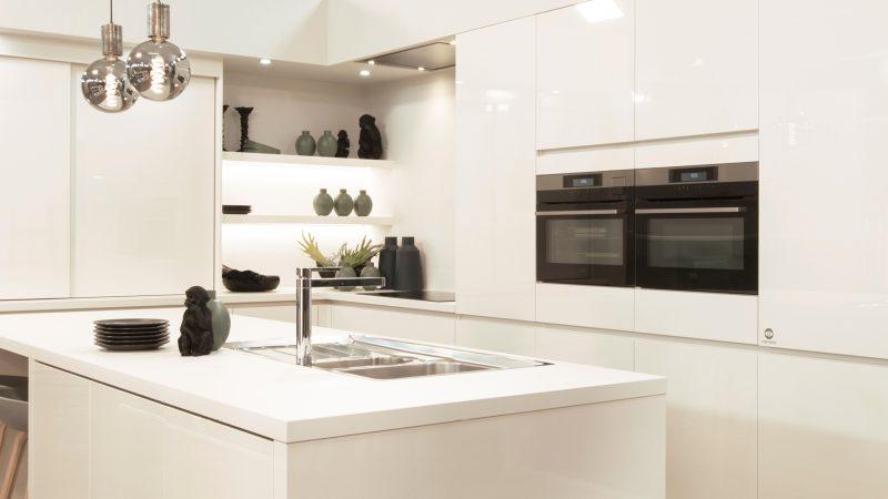 Tijdloze witte keuken in hoogglans