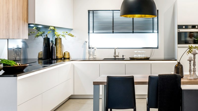 Zwart-wit keuken met houten accenten
